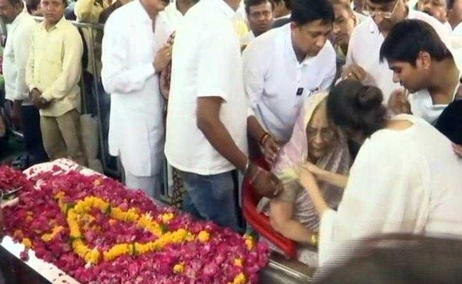 इंदौर में भय्यूजी महाराज के अंतिम दर्शन के लिए उमड़ी भीड़, बेटी कुहू देंगी मुखाग्नि