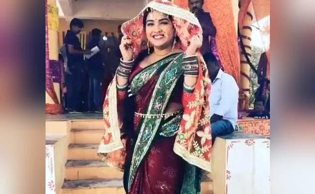 आम्रपाली दुबे ने बनाया 70 शादियों का रिकॉर्ड तो यूं डांस करके मनाया जश्न- देखें Video