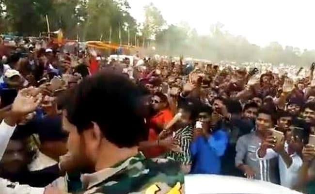 Video: इस सुपरस्टार को देखने के लिए टूट पड़ी जनता, मैच को अधूरा छोड़ भागना पड़ा मैदान से