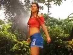 मोरनी की तरह नाचीं भोजपुरी की 'बेबी डॉल', 'भीग रही है बारिश में, और आग लगी है पानी में' गाने पर किया Rain Dance