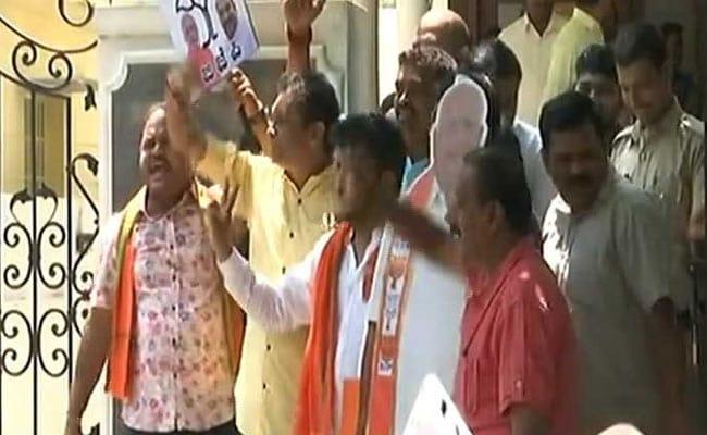 कर्नाटक चुनाव में रुझानों में बीजेपी को बहुमत पर झूमे कार्यकर्ता