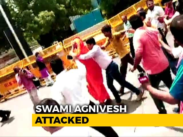 Video : Swami Agnivesh Attacked On Way To Pay Tribute To Vajpayee At BJP Office