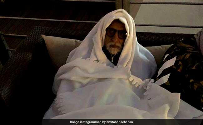 अमिताभ बच्चन को एयरपोर्ट पर लगी सर्दी तो ओढ़ ली रजाई, फैन्स ने की मस्ती, बोले- सर अब आप बूढ़े हो गए...