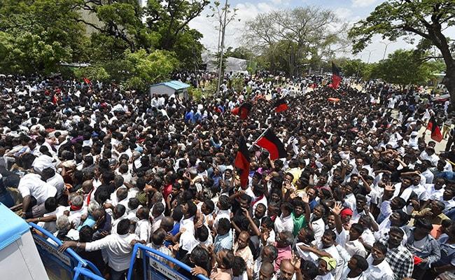 Homage Pours In For Karunanidhi At Chennai S Marina Beach