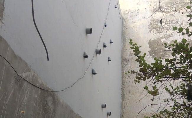 बुराड़ी कांड : घर की दीवार पर लगे 11 पाइपों का क्या है राज़...? देखें, खुशहाल परिवार की अनदेखी तस्वीरें