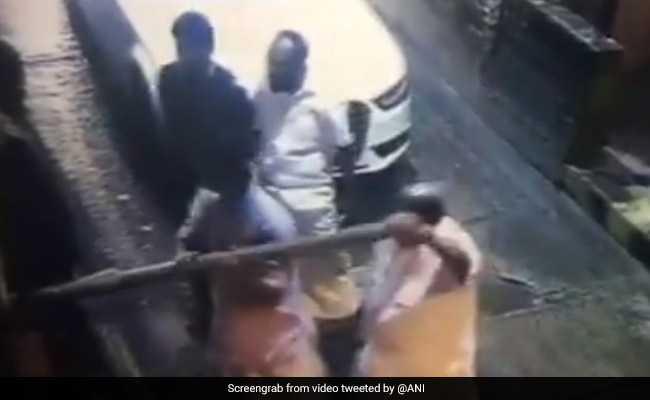 VIDEO: टोल टैक्स मांगे जाने पर भड़के विधायक, बैरिकेड को तोड़ चलते बने
