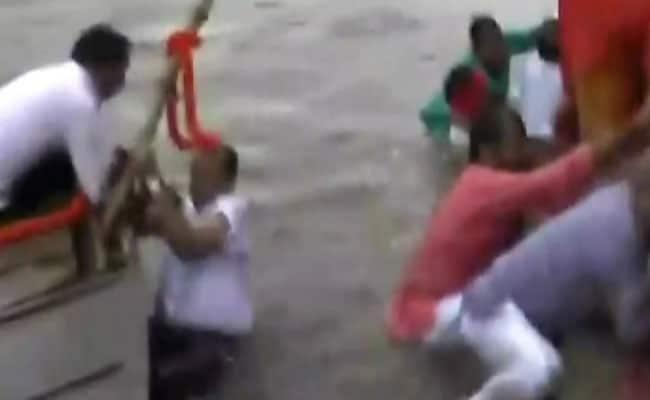वाजपेयी की अस्थियों के विसर्जन करने के दौरान नाव का संतुलन बिगड़ा, नदी में गिरे सांसद-विधायक और डीएम-एसपी