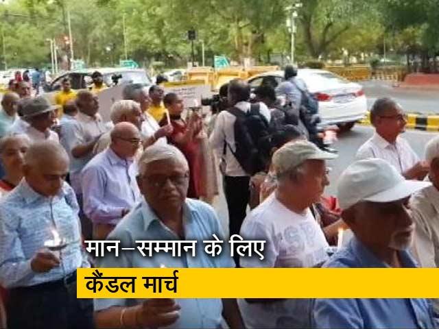 Videos : सम्मान के लिए बुजुर्गों ने निकाला कैंडल मार्च