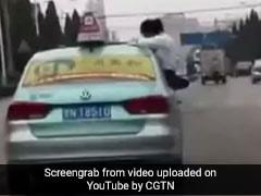 चलती कार से बाहर निकलकर पढ़ाई कर रही थी लड़की, पीछे की वजह है हैरान करने वाली