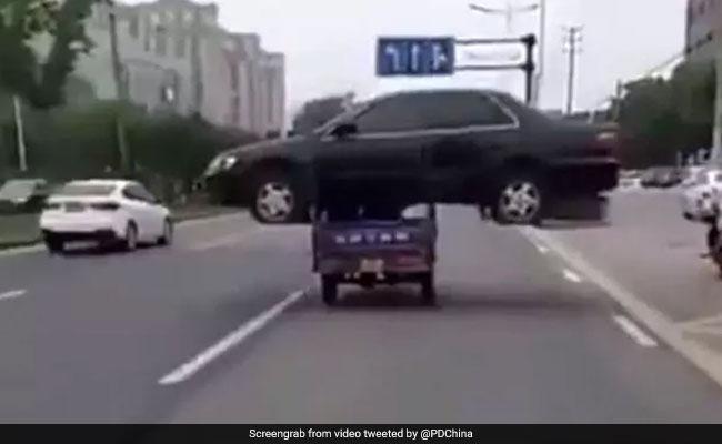 VIDEO: कार को रिक्शे पर लादकर बेचने निकला शख्स, देखते रह गए लोग