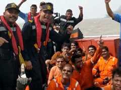 जलते हुए मालवाहक जहाज पर सवार 22 नाविकों को तटरक्षक दल ने बचाया