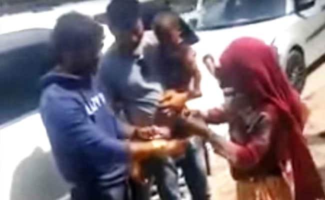 खेसारी लाल यादव से पैसे मांगने आई थी ये गरीब महिला, भोजपुरी सुपरस्टार ने बंधवा ली राखी...देखें Video