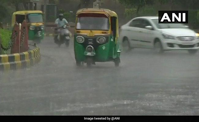 Weather Report: दिल्ली में तेज हवा के साथ बारिश, जानें अपने राज्य के मौसम का हाल