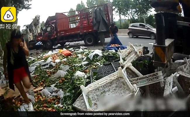 In China, Cops Called In Over People Looting Spilled Peaches End Up Making Things Worse
