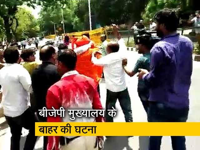 Videos : अटल जी को श्रद्धांजलि देने पहुंचे स्वामी अग्निवेश से हाथापाई