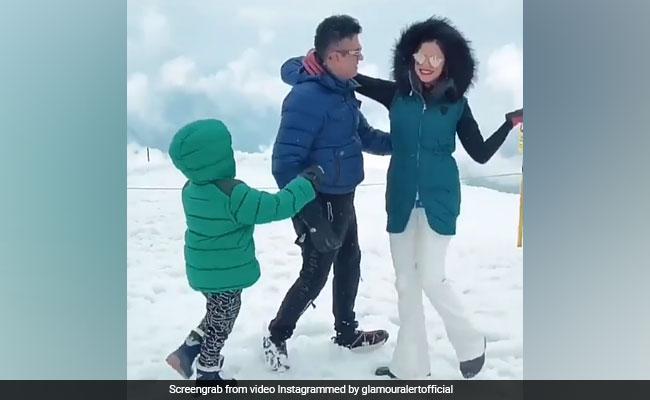 बर्फ में पति के साथ रोमांटिक हुईं गुलशन कुमार की बहू, देखें Video