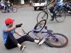 VIDEO: तेज साइकिल चलाने के चक्कर में पटना की सड़क पर गिरे तेज प्रताप यादव