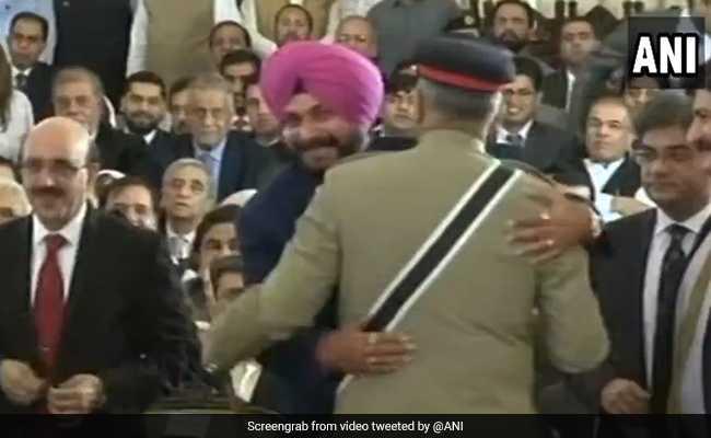 पाक आर्मी चीफ से गले मिले सिद्धू, इमरान खान के शपथ में नवजोत को PoK के राष्ट्रपति के साथ बैठाने पर विवाद