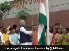 झंडारोहण के दौरान भाजपा अध्यक्ष अमित शाह से गिरा तिरंगा, कांग्रेस ने कसा तंज, देखें- VIDEO