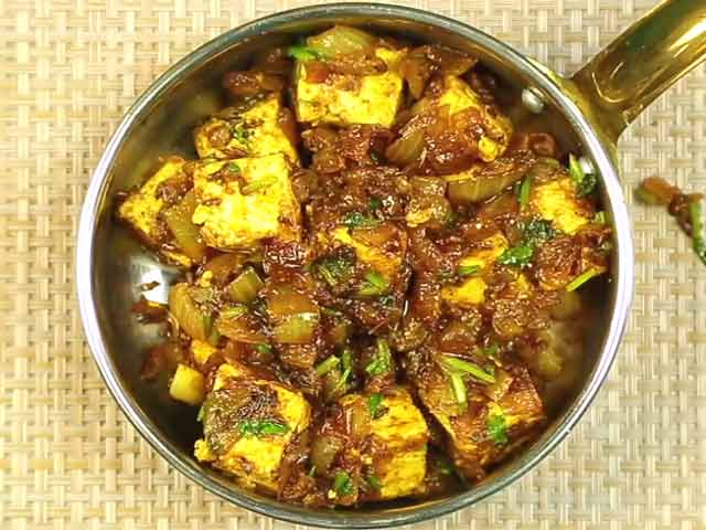 Video : How To Make Pyaaz Paneer At Home