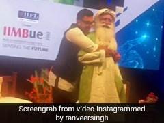 'सद्गुरु' जग्गी वसुदेव के साथ रणवीर सिंह ने स्टेज पर किया ऐसा डांस, 21 लाख बार देखा गया Video