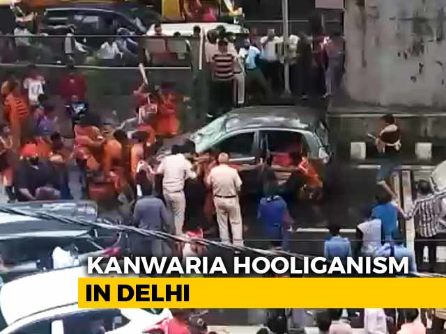 Video : Watch: Kanwar Pilgrims Smash, Topple Car That Brushed Them In Delhi