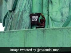 ट्रंप के विरोध में महिला 'स्टैच्यू ऑफ लिबर्टी' पर चढ़ी, पुलिस ने इस तरह पकड़ा