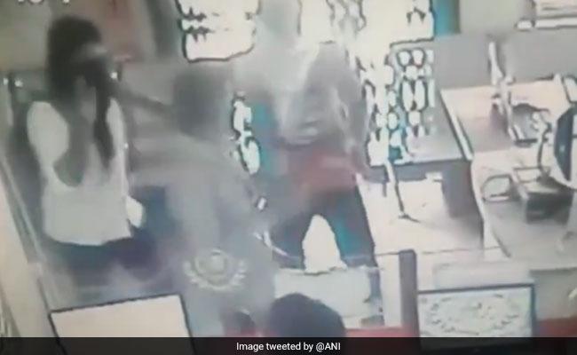 VIDEO: राजस्थान के सीकर में हथियारबंद लुटेरे ग्रामीण बैंक से ढ़ाई लाख रुपये लूटकर फरार