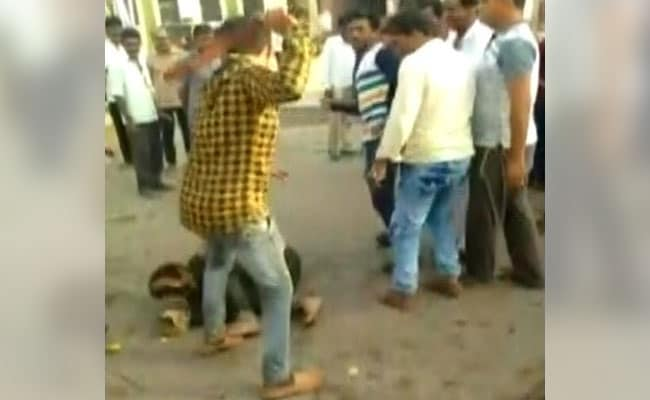 गुजरात में वायरल ऑडियो पर भीड़ की दरिंदगी, बच्चा चोरी के शक में 2 भीख मांगनेवालों को पीटा