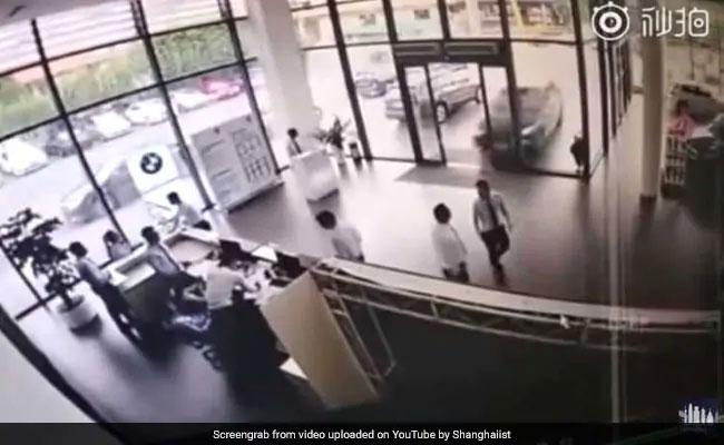 VIDEO: शोरूम के अंदर अचानक घुस गई BMW, महिला की टेस्ट ड्राइव देख भागने लगे सभी लोग