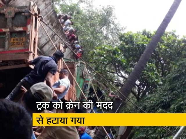 Videos : मुंबई : विद्याविहार रेलवे स्टेशन के पास ट्रक पलटा, 6 लोग दबे