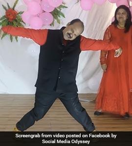 डब्बू अंकल Returns: मिथुन के गाने 'जूली-जूली' पर थिरके संजीव श्रीवास्तव, देखें Viral Video