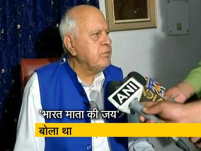 Videos : जम्मू-कश्मीर के पूर्व मुख्यमंत्री फारूक अब्दुल्ला के साथ नमाज़ के दौरान बदसलूकी