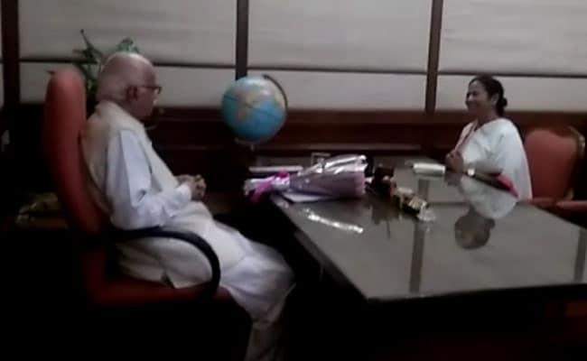 VIDEO: बीजेपी के वरिष्ठ नेता लाल कृष्ण आडवाणी से मिलीं ममता बनर्जी, पांव भी छुए