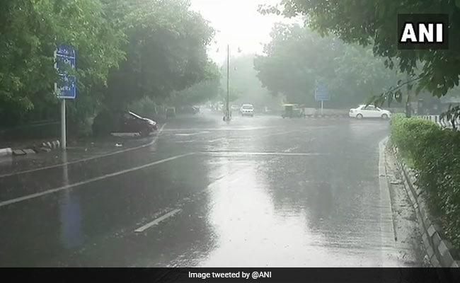 Weather Report: दिल्ली-NCR में तेज हवा के साथ हो रही है भारी बारिश, जानें अगले 3 दिनों के मौसम का हाल