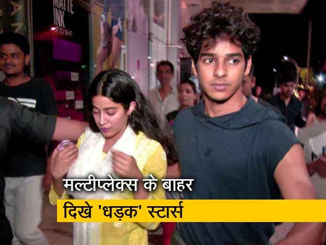 Videos : जब ईशान खट्टर और जाह्नवी संग सेल्फी लेने से नहीं रोक पाए फैन्स