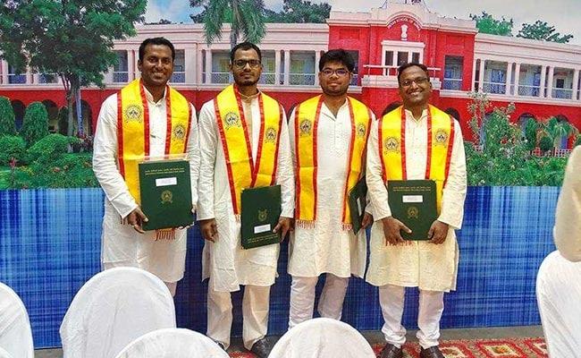 IIT-ISM के कॉन्वोकेशन में लड़कों ने पहना कुर्ता-पायजामा, साड़ी में नजर आईं लड़कियां