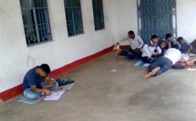 रेलवे की परीक्षा देने से चूक गए 11 लाख नौजवान, यूपी में बीटीसी बनाम बीएड का विवाद