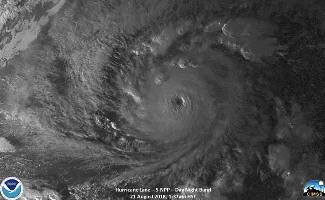 तूफान फ्लोरेंस ने अमेरिका के पूर्वी तट पर दी दस्तक, बचाव में जुटे राहतकर्मी