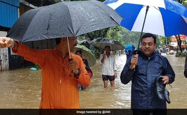मुंबई की बारिश में फंसे BJP प्रवक्ता संबित पात्रा, सोशल मीडिया पर वायरल हुई हाथ में जूता उठाए तस्वीर