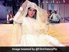 Meena Kumari की रोमांटिक शायरी, लिखा- आगाज तो होता है अंजाम नहीं होता, जब मेरी कहानी में वो नाम नहीं होता
