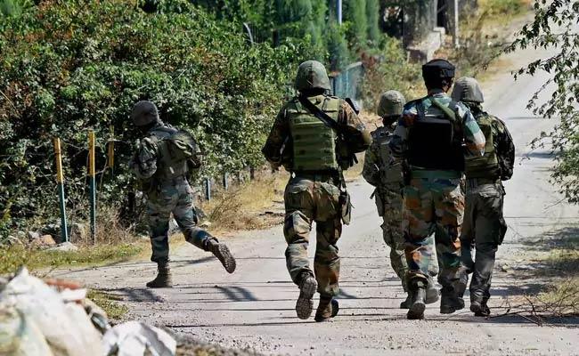 जम्मू-कश्मीर: अनंतनाग में सुरक्षाबलों व आतंकवादियों के बीच मुठभेड़ जारी, एक आतंकी ढेर