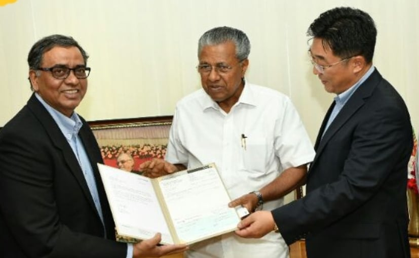 Sr. VP Stephen Sudhakar J & Sr. GM Y S Chang from HMIL with Kerala CM Pinarayi Vijayan