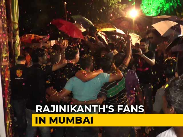 Video : Mumbai Rains Didn't Stop Rajinikanth's Fans From Watching <i>'Kaala'</i>