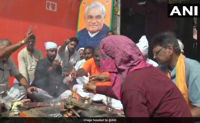 पूर्व प्रधानमंत्री अटल बिहारी वाजपेयी के अच्छे स्वास्थ्य की कामना के लिये कानपुर में हवन-पूजन शुरू