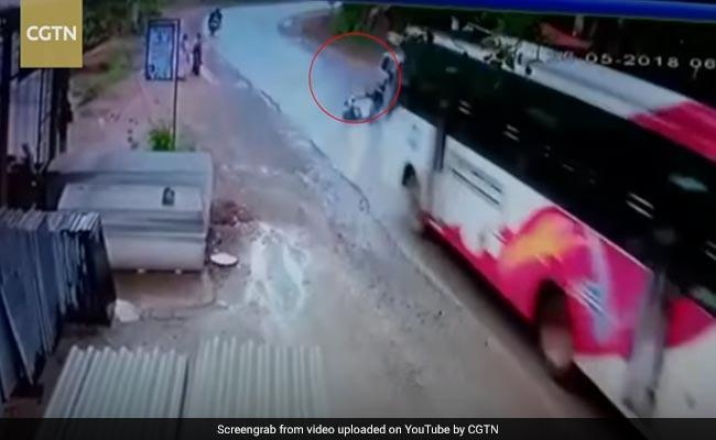 तेज रफ्तार में आई बस और आगे जाकर हुआ ऐसा, CCTV में कैद हुआ हादसा