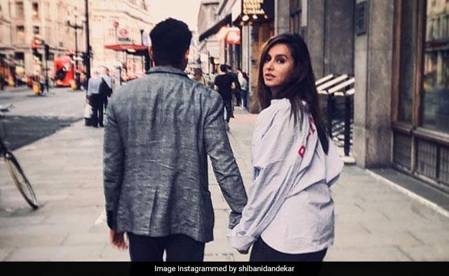 Is Farhan Akhtar The Mystery Man In Shibani Dandekar's Pic? The Internet Thinks So