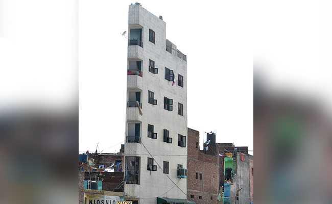 दिल्ली : कभी देखी है ऐसी बिल्डिंग? यहां जोखिम उठाकर रह रहे लोग