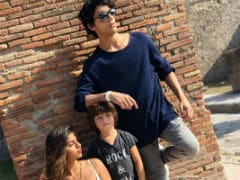 Suhana, Aryan And AbRam Strike A Perfect Pose For 'Paparazzo' Shah Rukh Khan