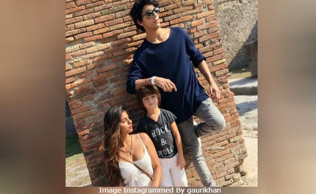 Suhana, Aryan And AbRam Strike A Perfect Pose For 'Paparazzo' Shah Rukh Khan